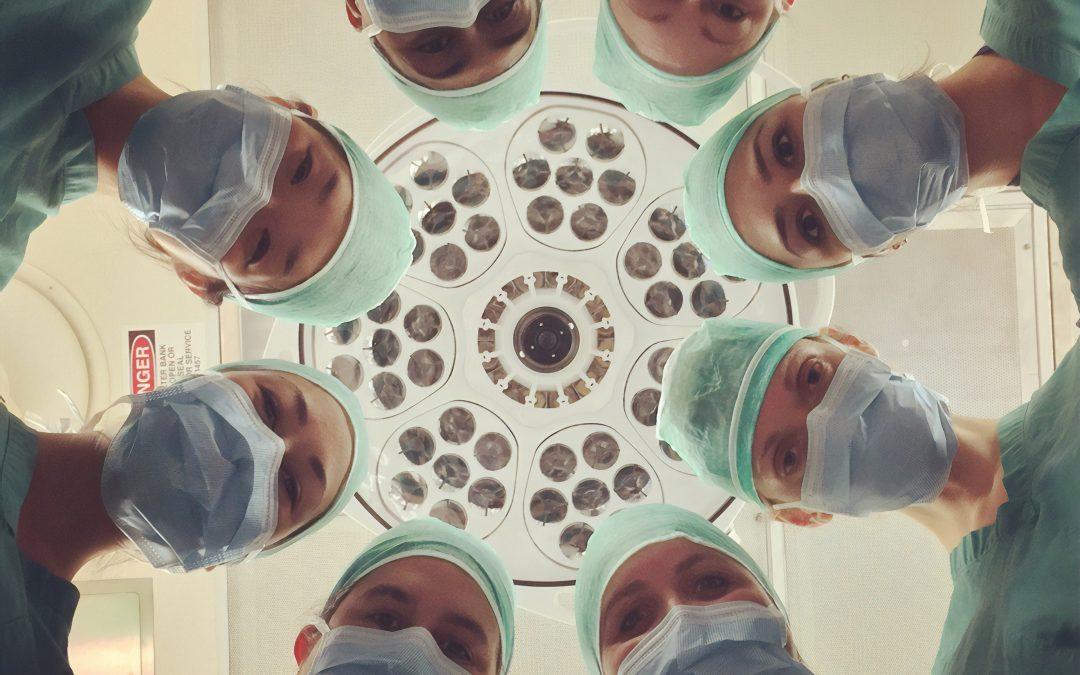 Gruppe von Ärzten im Kreis