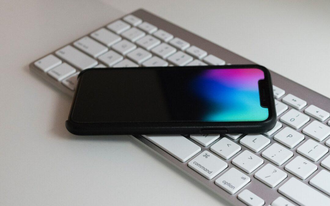 Smartphone auf Tastatur